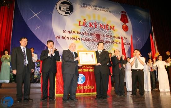 Truong DHCN don nhan huan chuong lao dong hang 3 tai le ky niem 2009