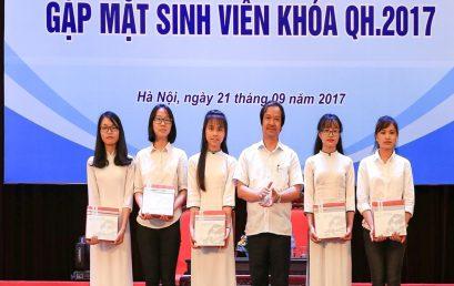 Thủ khoa Nguyễn Thị Huệ nhận khen thưởng của Giám đốc Đại học Quốc gia Hà Nội